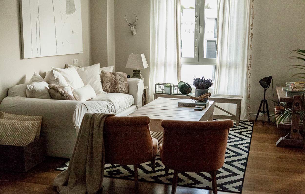 salón con alfombra de rayas