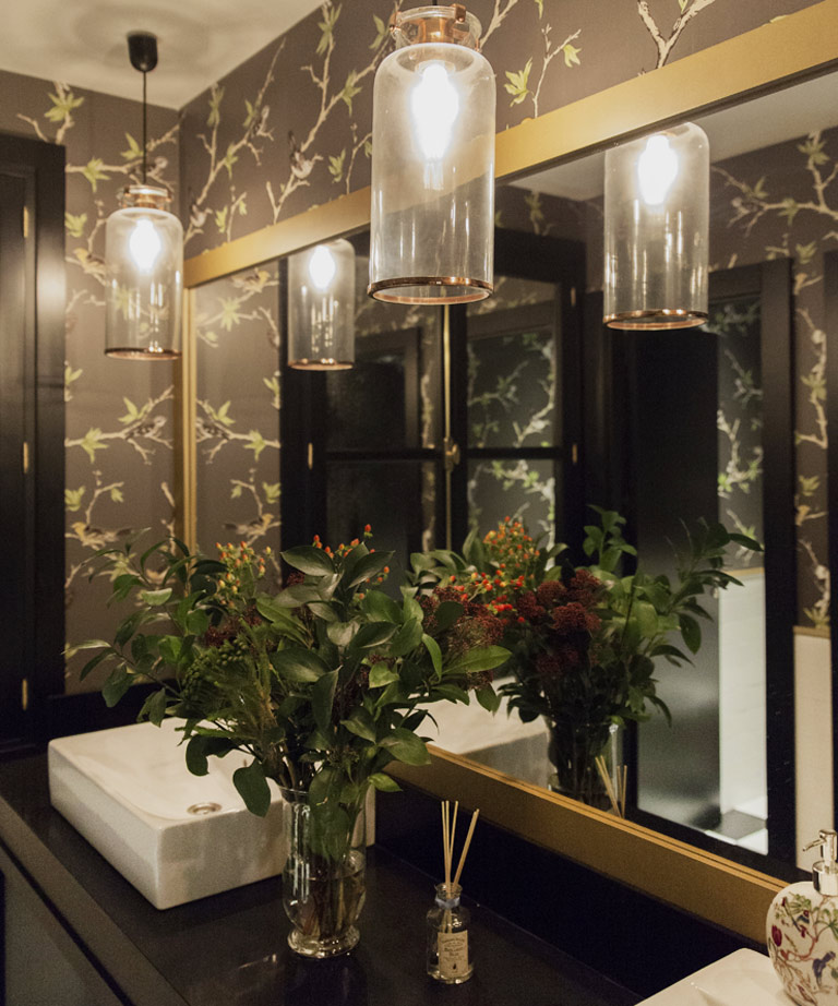 Espejo, pileta y lámparas