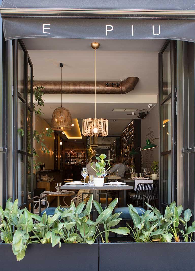 interior del restaurante visto desde una ventana