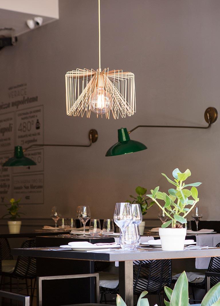 lámpara de madera y dos lámparas verdes