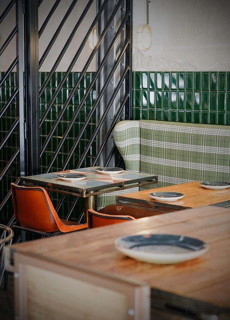 plato y mesas al fondo