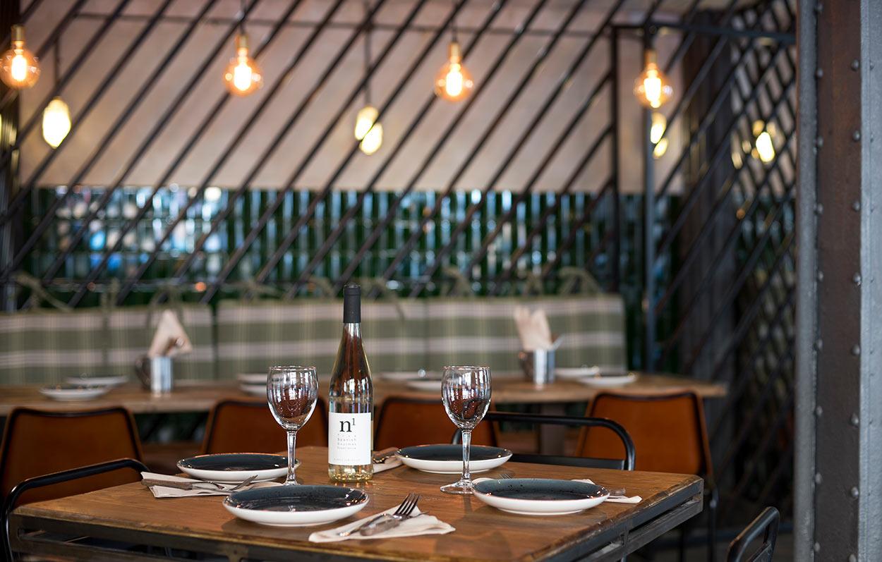 platos, copas y vino