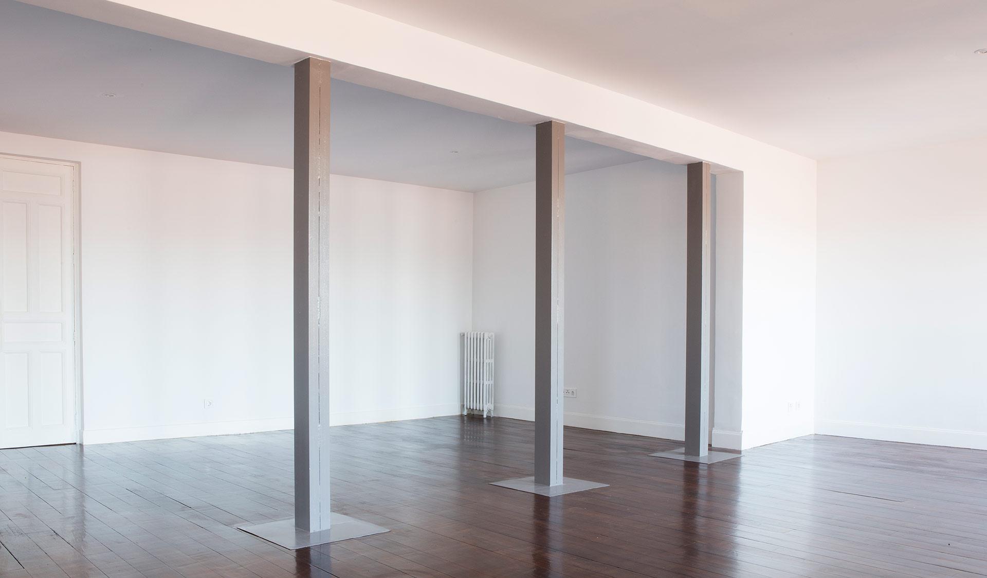 salón con 3 columnas de metal