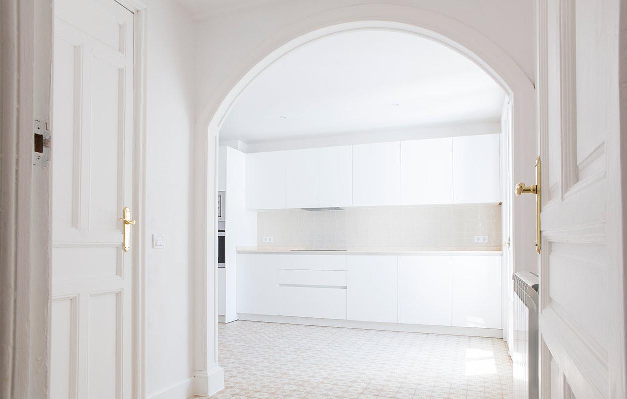 puerta redondeada y cuarto al fondo